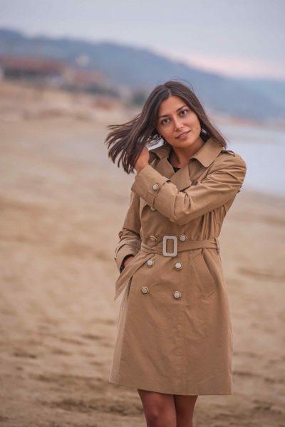 Chiara Cascioli indossa un trench su misura