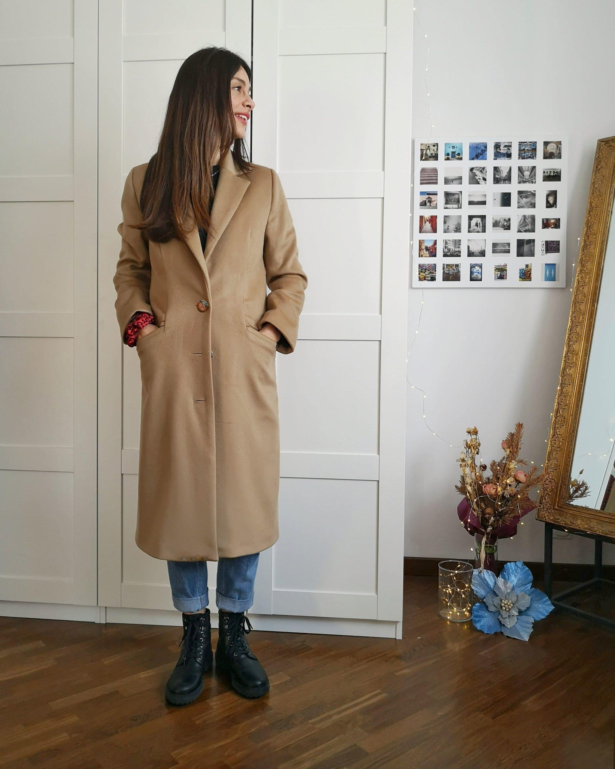 Caterina che posa con un cappotto su misura fatto da Chiara Cascioli